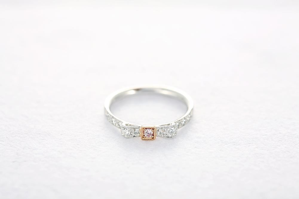 ファッションリングのレベルを超えた美しいダイヤの輝き、耐久性に気を配ったダイヤのセッティング。